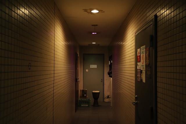 下北沢THREEのフロアへ続く廊下。