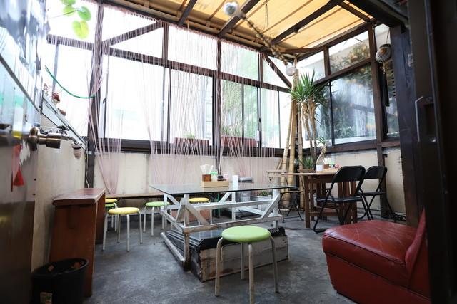 bar bonoboのテラス席。店が火事になったことをきっかけに設けられた。
