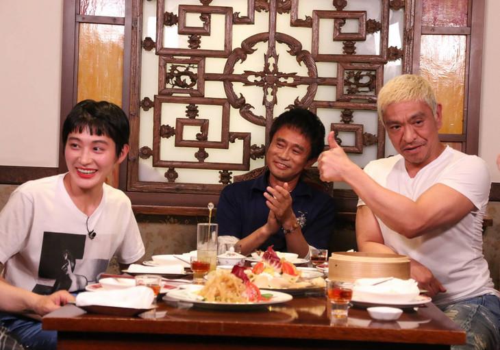 左からコムアイ、浜田雅功、松本人志。(c)フジテレビ
