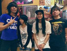 THE 夏の魔物の演奏メンバー。左から越川和磨(G)、えらめぐみ(B)、komaki(Dr)、ハジメタル(Key)。