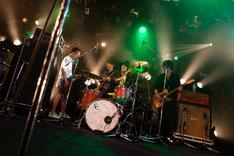「Little Giant」にてドラムを演奏するLOW IQ 01のもとに集まるLOW IQ 01 & THE RHYTHM MAKERS +メンバー。(撮影:上坂和也)