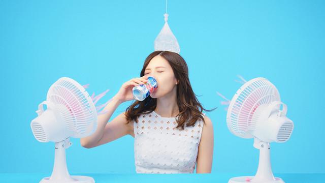 特設サイト「氷結(R) 100キーン」で紹介されている白石麻衣(乃木坂46)によるおすすめの「キリン 氷結」の飲み方。