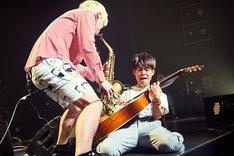 辻本美博(Sax / Calmera)とカワムラヒロシ(G)。(Photo by TAKAO IWASAWA)