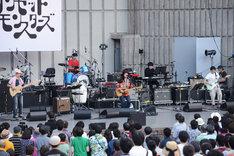 元メンバーが加わったカーネーション。写真左から馬田裕次(B)、徳永雅之(Dr)、直枝政広(Vo, G)、佐藤優介(Key / カメラ=万年筆)、バンドウジロウ(G)。(撮影:坂田律子)