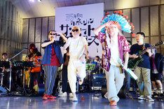 客席を見渡すムーンライダーズの鈴木博文(Blues Harp, Cho)、鈴木慶一(G)、白井良明(G)。(撮影:坂田律子)