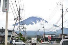 雲から姿を覗かせた富士山。