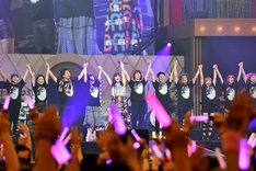 バンドメンバーやダンサーと手をつないで挨拶する鈴木愛理。