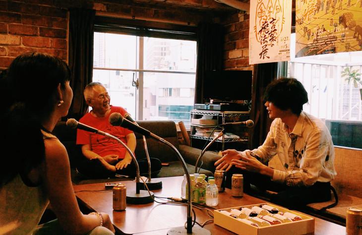 鈴木敏夫(中央)と語り合う米津玄師(右)。