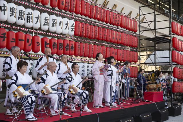 「中野駅前大盆踊り大会」の様子。