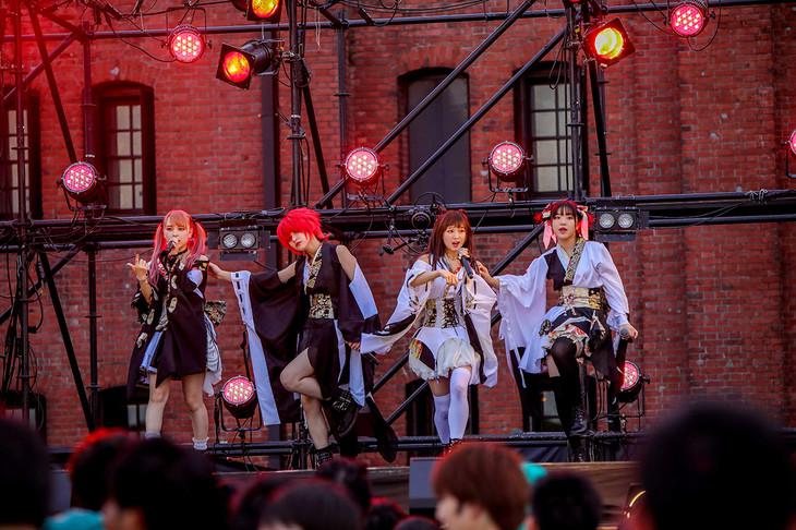 「アイドル横丁夏まつり!!~2018~」でパフォーマンスするLADYBABY。(写真提供:キングレコード)