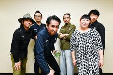 田島貴男(ORIGINAL LOVE)とバンドメンバーによる記念写真。(撮影:工藤ちひろ)