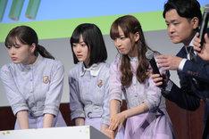 クイズの正解を考える(左から)白石麻衣、山下美月、佐藤楓、ノブ。
