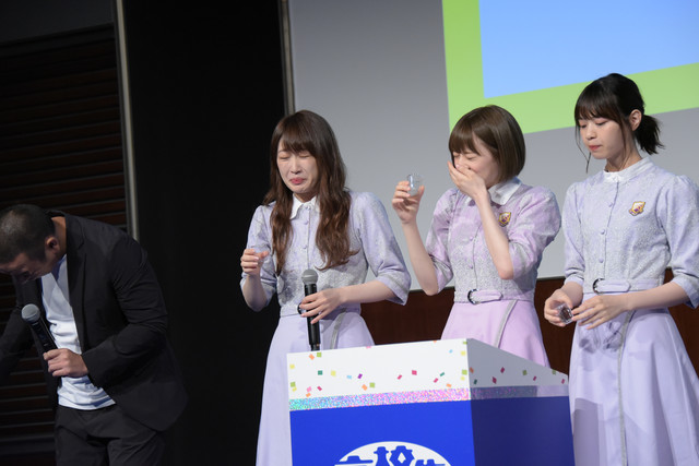 センブリ茶を飲んだ(左から)大悟、高山一実、中田花奈、西野七瀬。