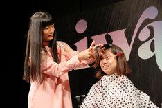 ファンの前髪を切ろうとするmiwa。(Photo by Hajime Kamiiisaka)