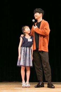 映画「未来のミライ」親子試写会に参加する子供と星野源。