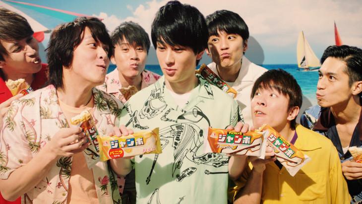 森永製菓「チョコモナカジャンボ」の新CM「暑い夏」のワンシーン。