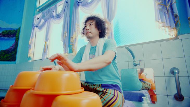 「マッハ風呂体操」で風呂桶を叩くU-zhaan。