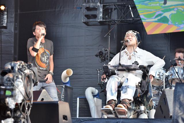 ROGUEと櫻井和寿によるコラボステージの様子。(撮影:橋本塁 [SOUND SHOOTER])