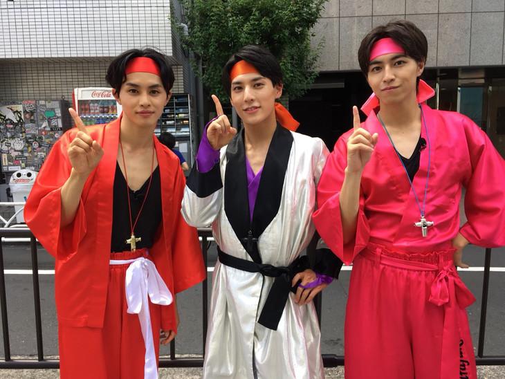 竹の子族に扮した(左から)タクヤ、ユースケ、タカシ。(c)日本テレビ