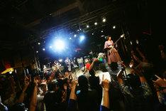 「BLACK BANANA」を披露するReiとオカモトショウ(OKAMOTO'S)。