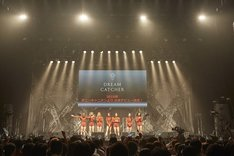 DREAMCATCHER「WELCOME TO THE DREAM WORLD」東京・マイナビBLITZ赤坂公演の様子。(写真提供:ポニーキャニオン)
