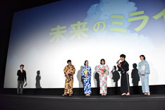 森圭介アナウンサー(左端)に「森さんはもう……」と話しかける星野源(右から2番目)。