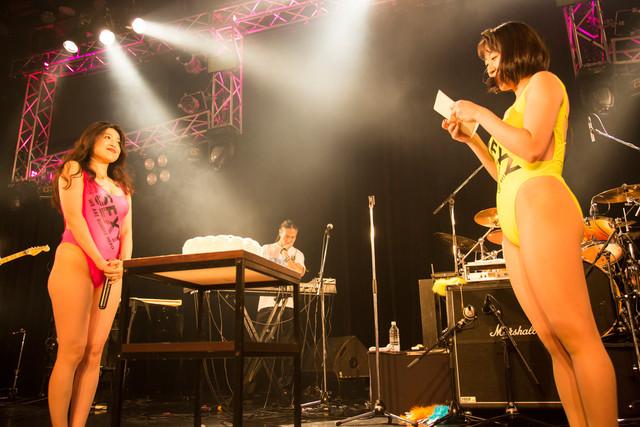益子寺かおり(Vo)に向けて書きつづった手紙を読む中尊寺まい(Vo, G)。(Photo by shimboyuki)