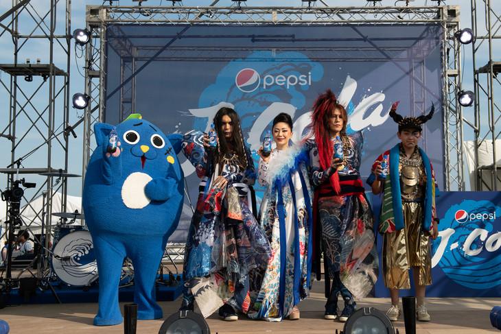 「ペプシ Jコーラ」を手にする怪物舞踏団。