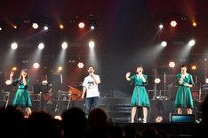 ステージで共演するNegiccoとconnie(左から2番目)。