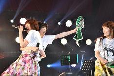 Kaede(左)を抱いたままNao☆(右)に抱き付こうとするMegu(中央)。