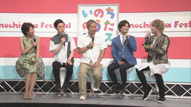 左からNHK広島放送局の中山果奈アナウンサー、ハライチ、加藤シゲアキ(NEWS)、手越祐也(NEWS)(写真提供:NHK)