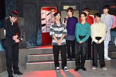 細田守監督(左)に熱い想いを伝えるリョウガ(左から3番目)。