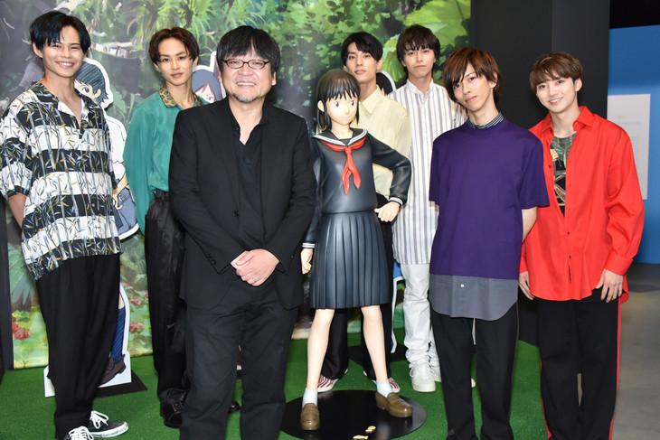 超特急と細田守監督(左から3番目)。