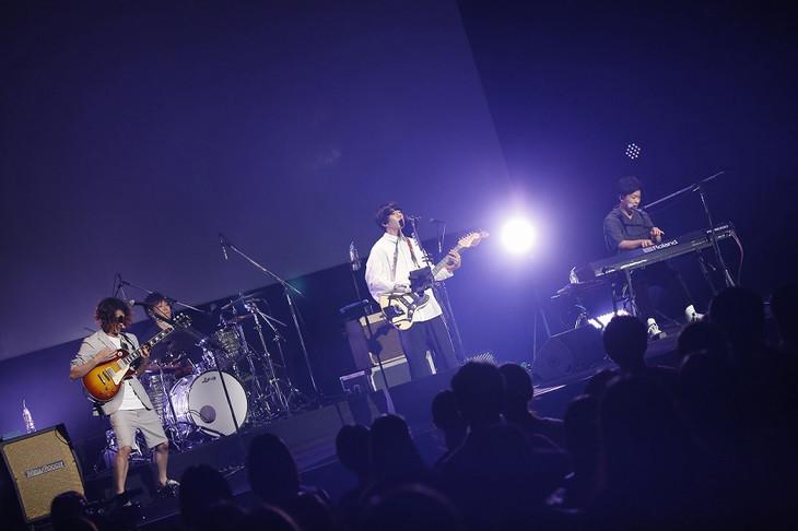 sumikaによる「君の膵臓をたべたい」完成披露試写会スペシャルライブの様子。