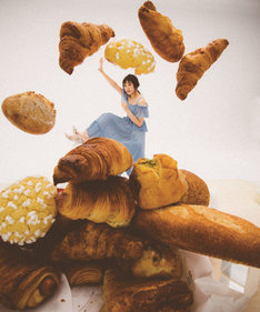 「欅坂46 PERFECT BOOK」より、パンに埋もれる渡辺梨加。