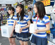 街頭で募金活動を行うSTU48メンバー。(c)AKS