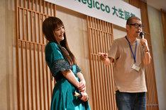 熊さん(右)に個性を褒められ上機嫌のリーダーNao☆(左)。