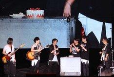 Maydayの冠佑(ミン / Dr)の誕生日を祝うGLAYのTERU(左から3番目)。