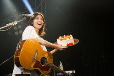 サプライズでケーキを贈られ笑顔を見せる植田真梨恵。(撮影:竹谷さくら)