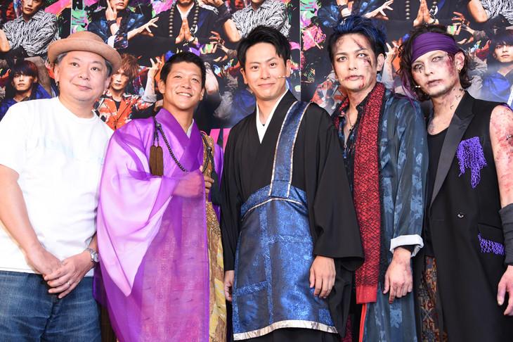 左から鈴木おさむ、駿河太郎、山下健二郎、久保田悠来、藤田玲。