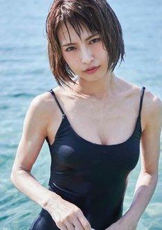 SCANDAL HARUNA「SOMEWHERE」より水着姿のカット。