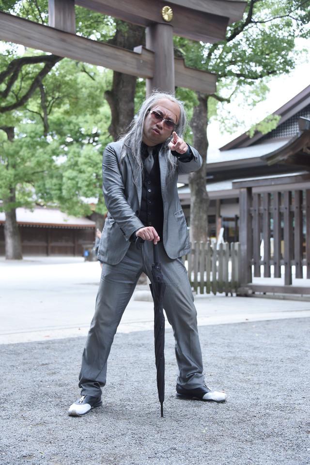 明治神宮でロックンロールなポーズを決めるレイザーラモンRG。