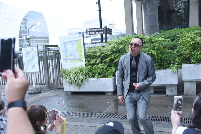 NHKホール前で歌うレイザーラモンRG。