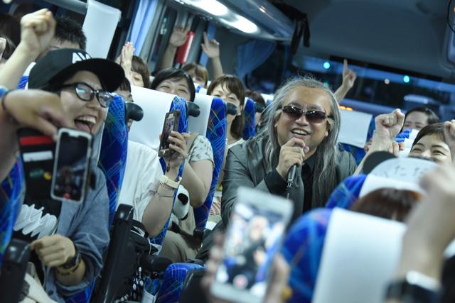 バスで熱唱するレイザーラモンRG。