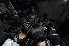 開演前に円陣を組んで士気を高める5人。(写真提供:AqbiRec)