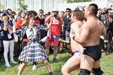 男色ディーノをピコピコハンマーで殴る長月翠(LaLuce、シュークリームロケッツ)。