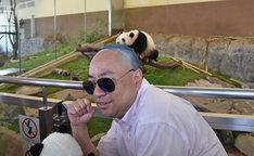 ジャイアントパンダの桃浜とツーショット撮影するRG。