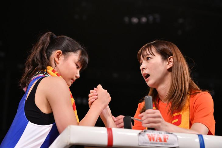 最終決戦で我妻桃実(左)と手を合わせた瞬間、不安げな表情を見せる酒井瞳(右)。