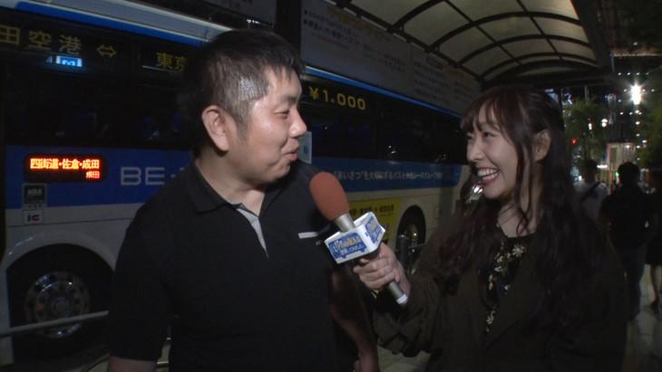 深夜バスの利用者に取材する須田亜香里(SKE48)。 (c)フジテレビ