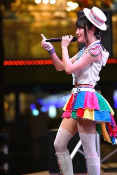 新曲「永遠少年」のMVで着用した衣装に着替えた小倉唯。